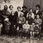 Anno 1928: Isabella (prima a destra) e Felicia Losapio (quarta a destra) con le famiglie dell'azienda agricola Losapio a Bisceglie